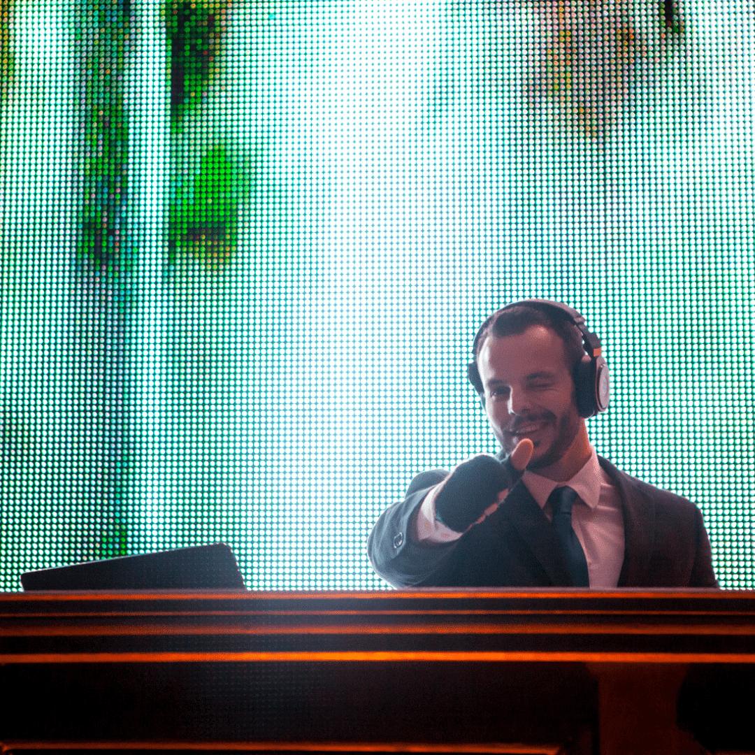 DJ César Lara y pantalla de leds en boda LarAudio