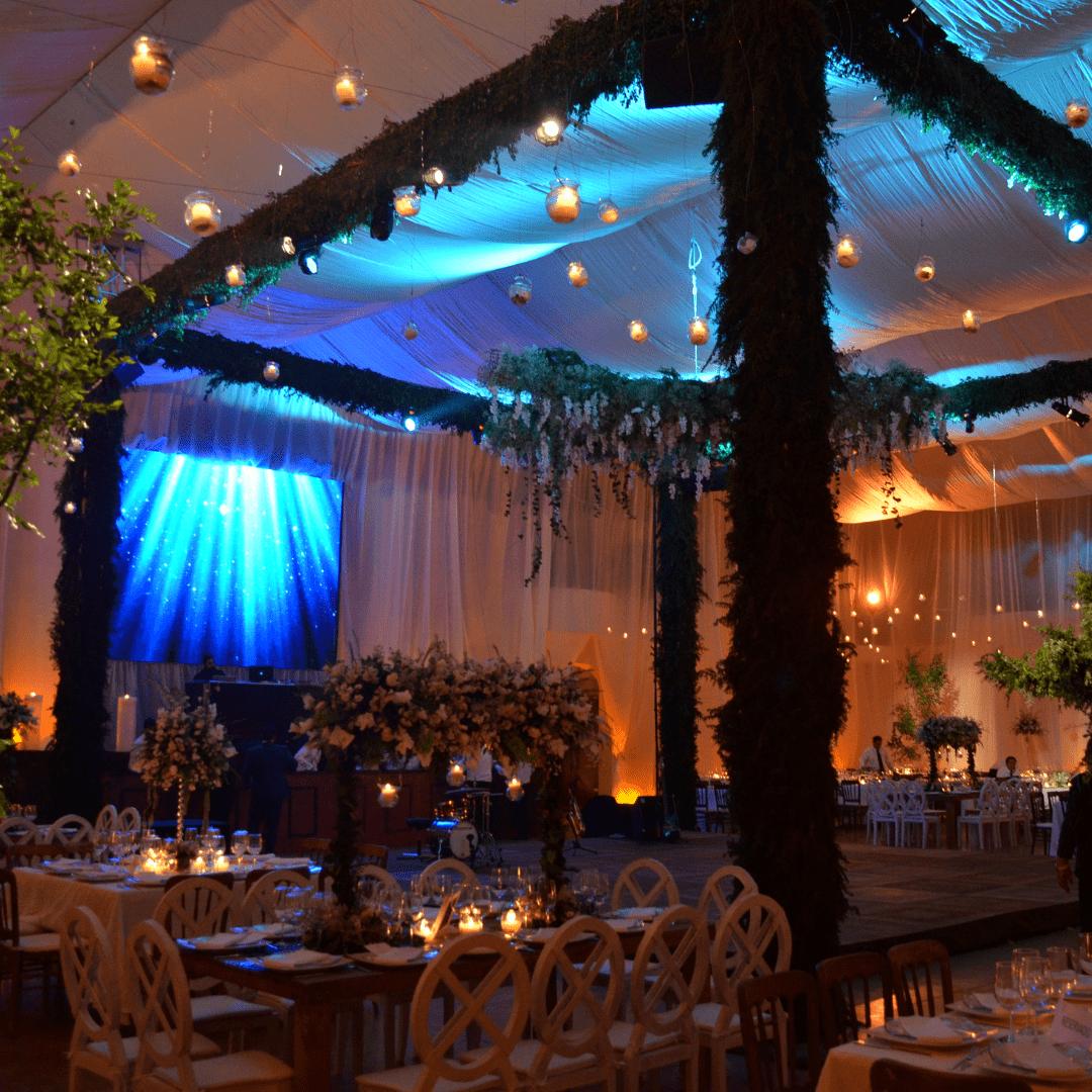 Pantalla de leds y Soporte con follaje en boda LarAudio