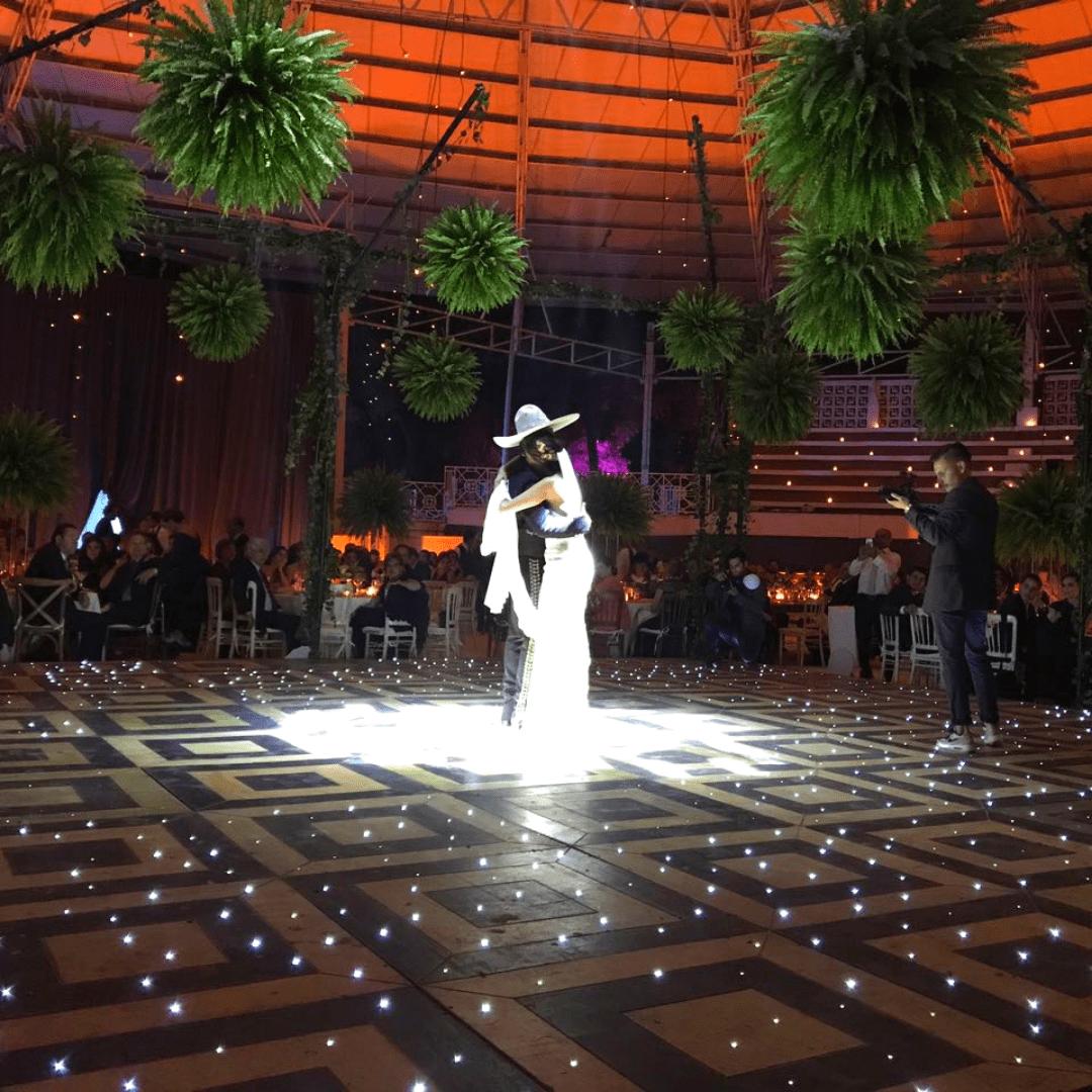 Vals de novios en Pista de baile de madera iluminada con leds Laraudio